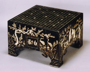 黒漆塗螺鈿長生文碁盤 (くろうるしぬりらでんちょうせいもんごばん) 朝鮮時代 18~19世紀